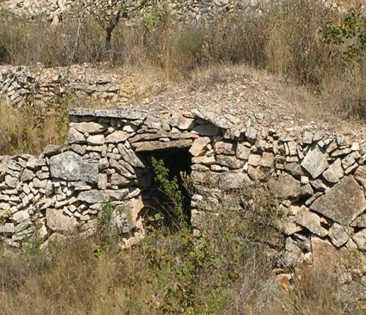 Cabana Pedra Seca Empotrada al marge Tions