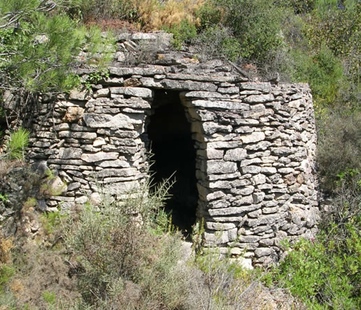 Cabana Pedra Seca Sota camí Serra Cal Bassora
